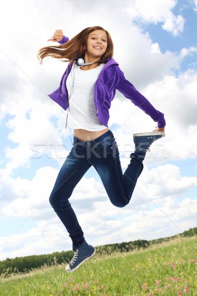 Energiczny nastolatek cute dziewczyna przypadkowy ubrania Zdjęcia stock © pressmaster