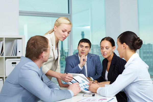 Spiegazione uomini d'affari guardando carta classifiche business Foto d'archivio © pressmaster