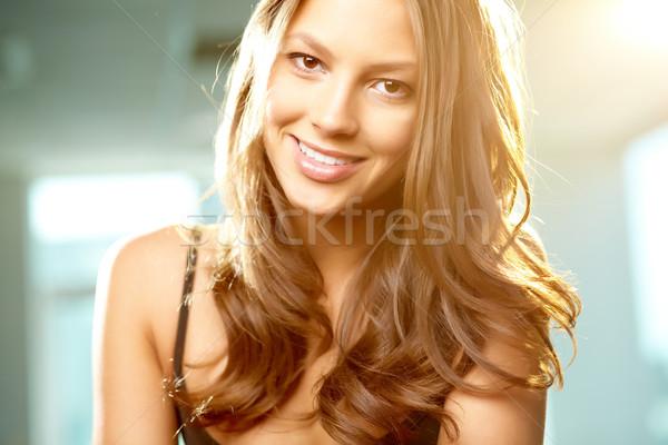 Urok młodych piękna kobieta patrząc kamery uśmiech Zdjęcia stock © pressmaster
