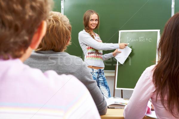 Açıklama öğrenci formül tahta bakıyor Stok fotoğraf © pressmaster