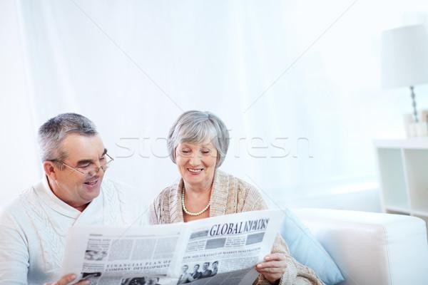Stockfoto: Lezing · nieuws · portret · rijpe · vrouw · echtgenoot · krant