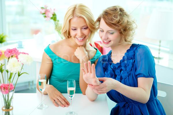 Wow magnifico ragazze guardando anello di fidanzamento dito Foto d'archivio © pressmaster