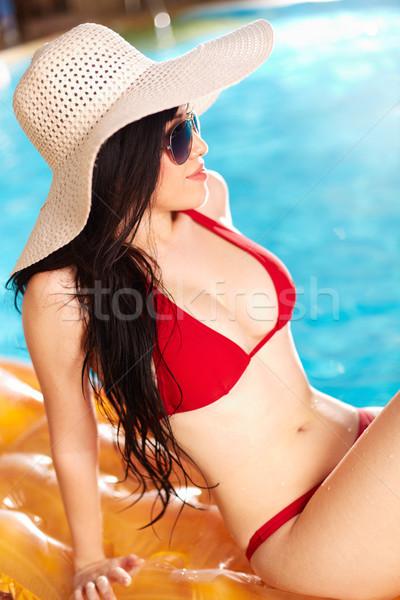Mujer colchón retrato bikini sombrero sesión Foto stock © pressmaster