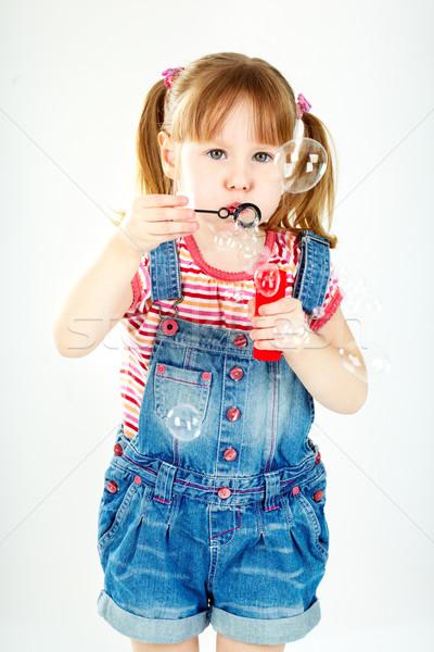 Szappanbuborék játék aranyos lány fúj szappanbuborékok Stock fotó © pressmaster