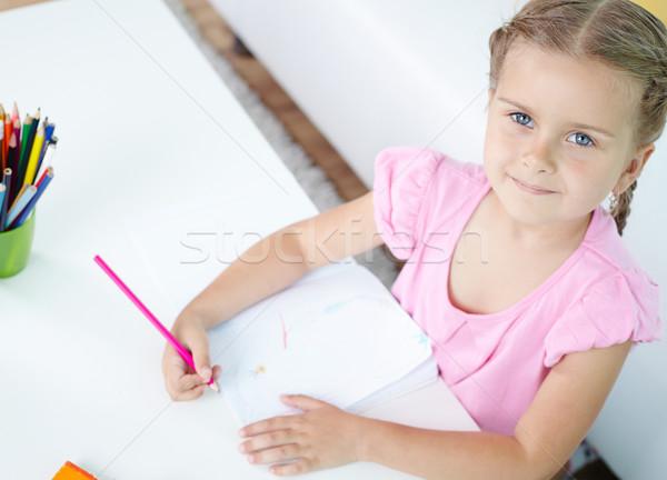 Meisje tekening cute meisje vergadering tabel Stockfoto © pressmaster