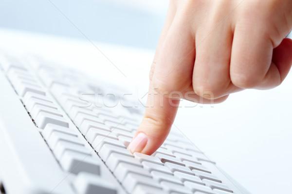Stockfoto: Voortvarend · knop · afbeelding · menselijke · wijsvinger · toetsenbord