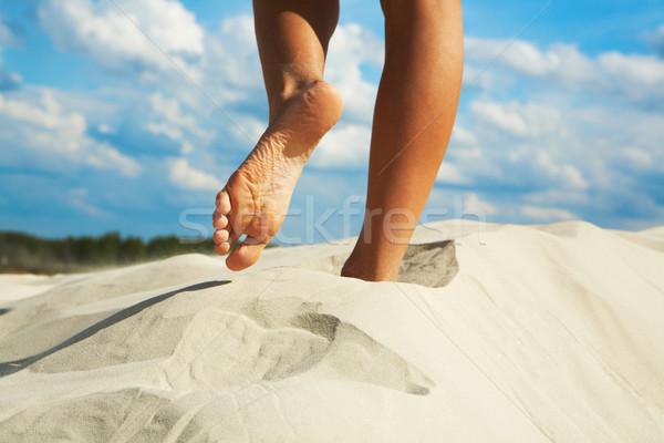 Mezítláb közelkép nő homokos tengerpart tengerpart szépség Stock fotó © pressmaster