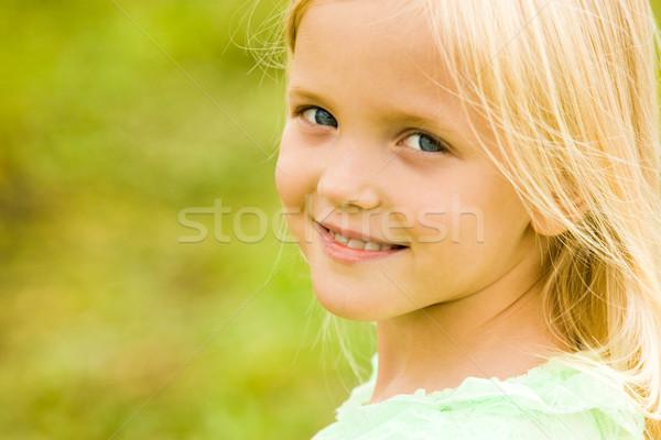 Zdjęcia stock: Spokojny · dziewczyna · głowie · patrząc · kamery · uśmiech