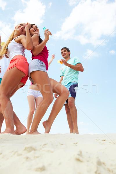 Baile amigos retrato alegre jóvenes playa Foto stock © pressmaster