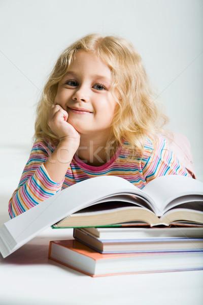ストックフォト: 美少女 · 美しい · 笑みを浮かべて · 女学生 · 図書