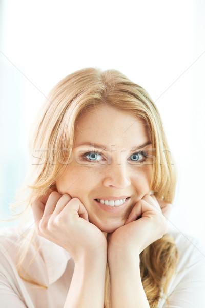 Fascino ritratto ragazza guardando fotocamera sorriso Foto d'archivio © pressmaster