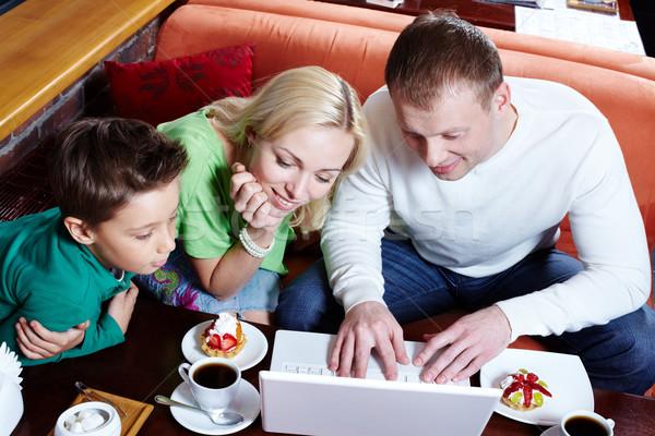ストックフォト: ラップトップを使用して · 画像 · 幸せな家族 · 見える · ノートパソコン · 画面