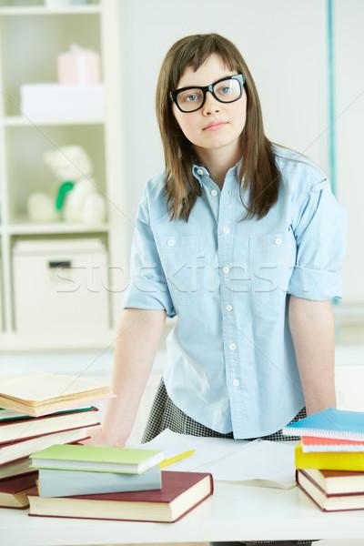 серьезный студент довольно глядя камеры книгах Сток-фото © pressmaster