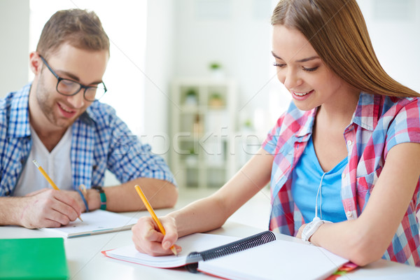 Zdjęcia stock: Przyjazny · studentów · piśmie · test · kobieta · dziewczyna