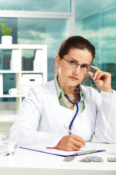 Сток-фото: серьезный · врач · портрет · женщины · глядя · камеры