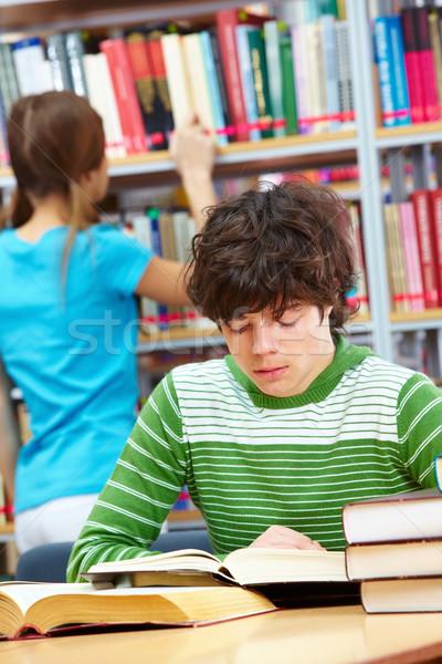 Concentratie vent lezing boek vrouwelijke medeleerling Stockfoto © pressmaster