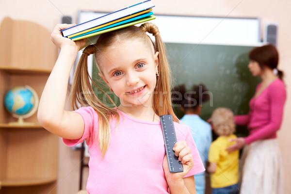Schoolmeisje portret gelukkig leerboek hoofd naar Stockfoto © pressmaster