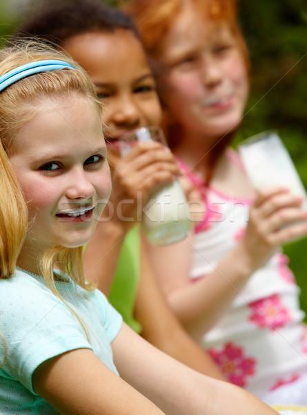 Saudável menina retrato bonitinho olhando câmera Foto stock © pressmaster