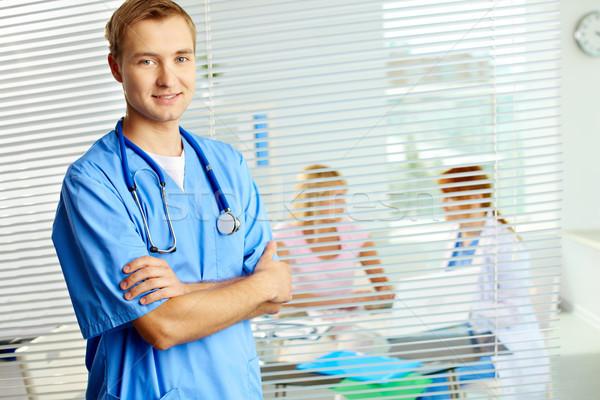Lekarz portret mężczyzna lekarz patrząc kamery szpitala Zdjęcia stock © pressmaster
