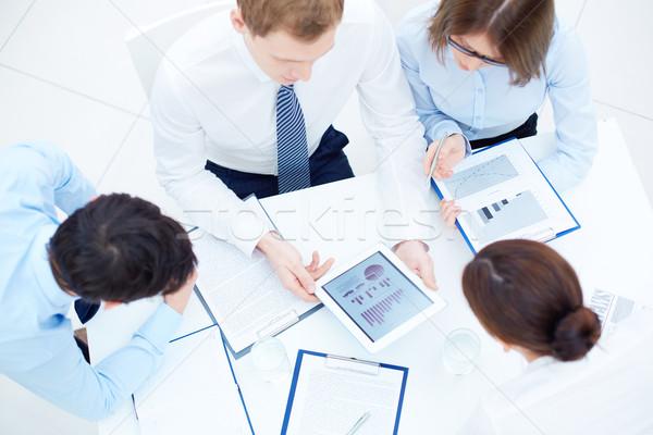 Bespreken document groep planning werk Stockfoto © pressmaster