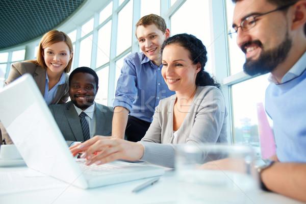 Nieuwe project groep naar laptop Stockfoto © pressmaster