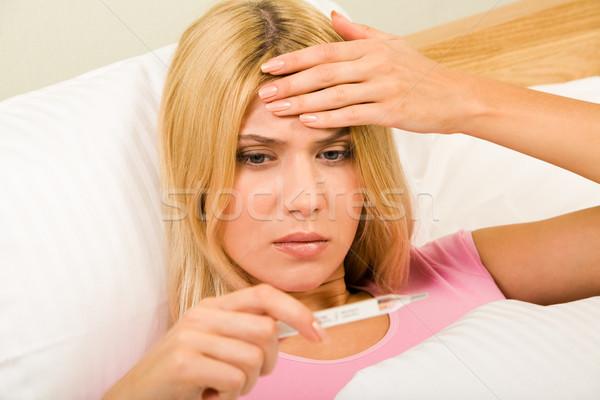 Temperatuur foto jonge vrouw bed naar Stockfoto © pressmaster