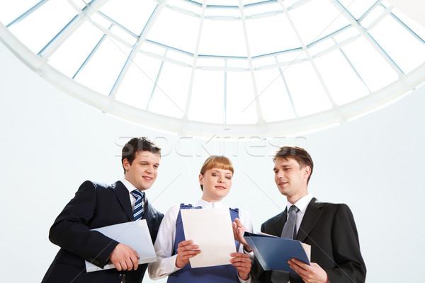 Overleg foto zakenlieden naar papier vrouwelijke Stockfoto © pressmaster