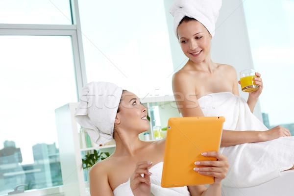 Serbest zaman kızlar banyo touchpad Stok fotoğraf © pressmaster