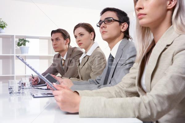 Seminer dört genç işkadınları oturma tablo Stok fotoğraf © pressmaster