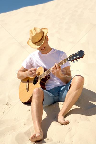 Stock fotó: Szórakoztatás · portré · boldog · férfi · cowboykalap · játszik