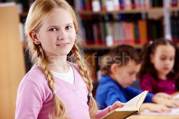 Fiatalos olvasó portré boldog iskolás lány nyitott könyv Stock fotó © pressmaster