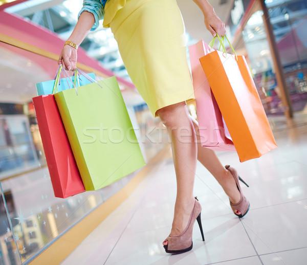 Fogyasztói társadalom lábak bevásárlótáskák sétál lefelé bevásárlóközpont Stock fotó © pressmaster