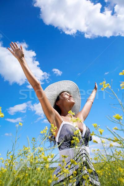 şan portre güzel bir kadın ayakta çayır bakıyor Stok fotoğraf © pressmaster