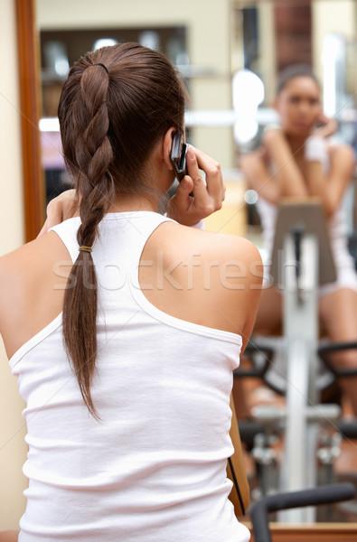 Hív lány hátsó nézet sportos beszél mobiltelefon Stock fotó © pressmaster