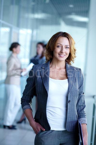 Pracodawca obraz dość kobieta interesu patrząc kamery Zdjęcia stock © pressmaster