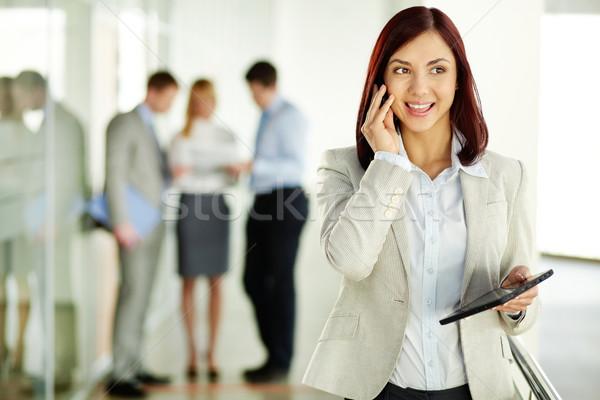 Una buena noticia negocios dama teléfono sonrisa ordenador Foto stock © pressmaster
