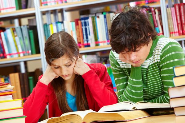 Szorgalmas iskolás komoly fiú lány olvas Stock fotó © pressmaster