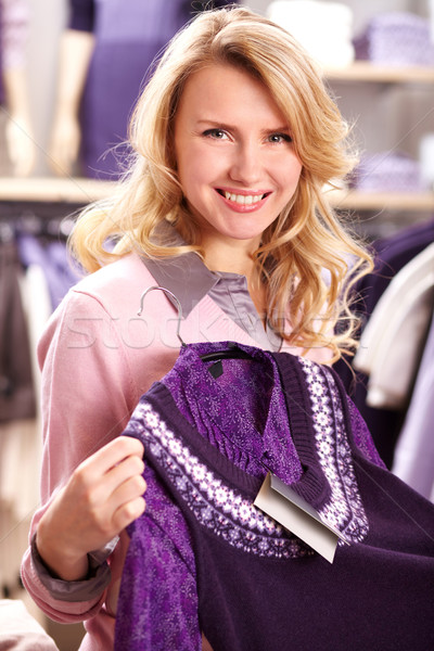 Bastante retrato mulher bonita violeta cardigã Foto stock © pressmaster