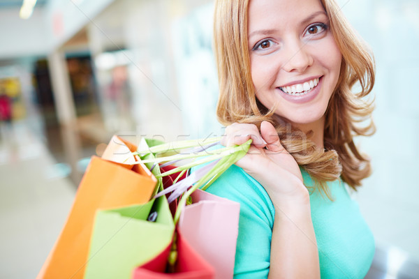Vriendelijk consument portret gelukkig meisje naar Stockfoto © pressmaster