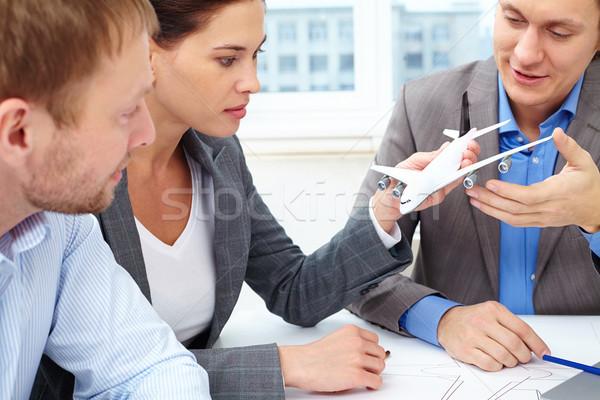 Vliegtuigen drie ingenieurs bespreken klein model Stockfoto © pressmaster