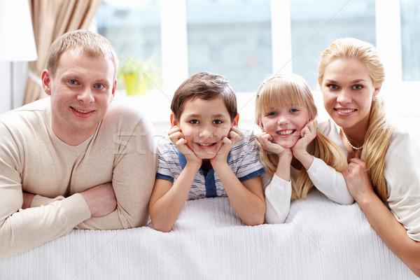Zdjęcia stock: Domu · młodych · rodziny · cztery · patrząc · kamery