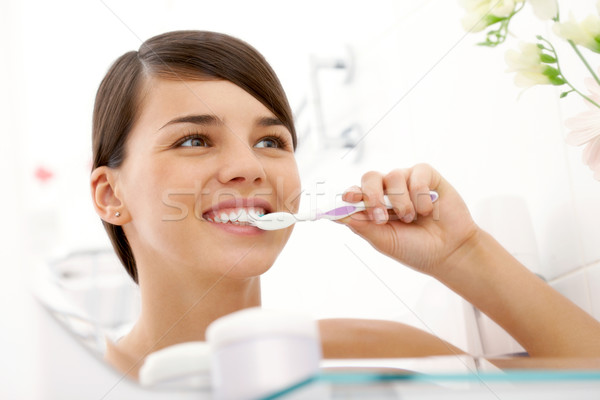 Fogápolás kép csinos női fogmosás tükör Stock fotó © pressmaster