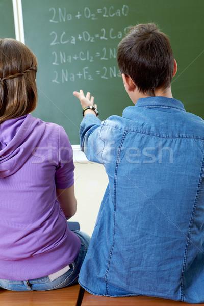 Toelichting formule achteraanzicht vent wijzend Blackboard Stockfoto © pressmaster