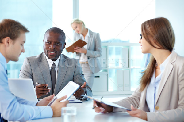 Portrait patron regarder employé interaction réunion Photo stock © pressmaster