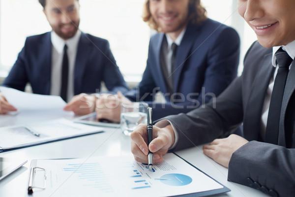 Táblázatok fiatal üzletember dolgozik táblázat kollégák Stock fotó © pressmaster
