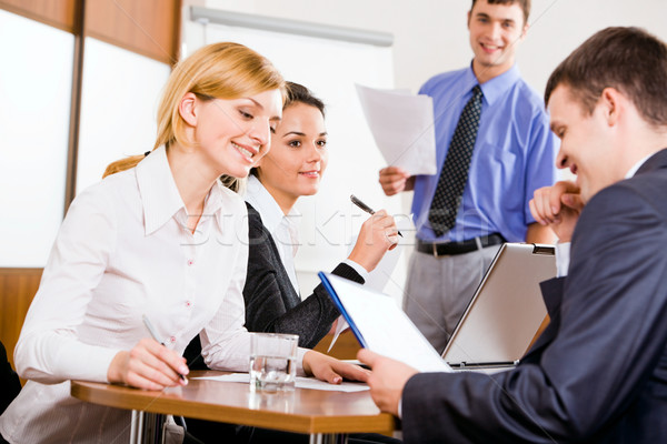 Reunião de negócios pessoas de negócios discutir novo projeto sala de conferência Foto stock © pressmaster