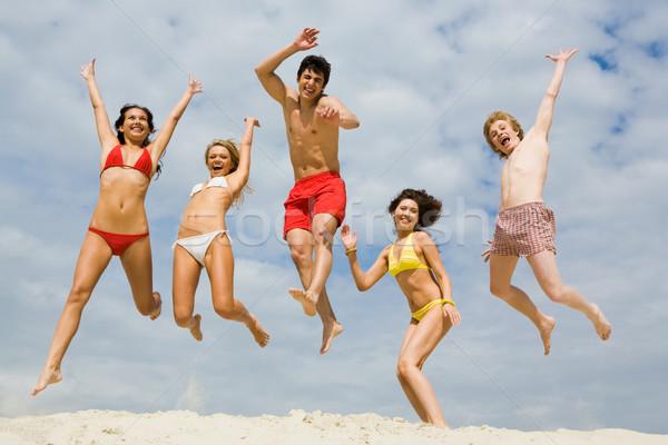 Stock fotó: Jókedv · homok · portré · barátok · magasugrás · homokos