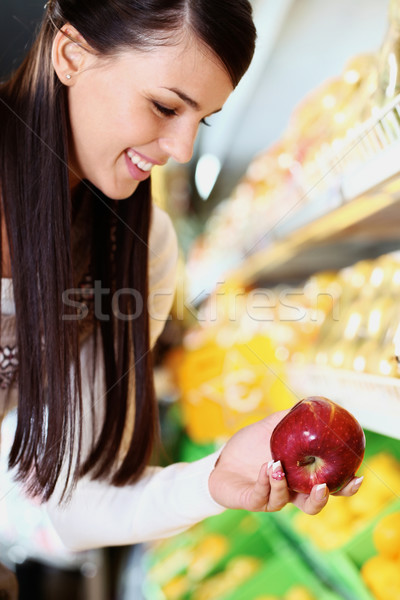 Frau Supermarkt Bild glücklich frischen Apfel Stock foto © pressmaster