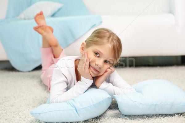 Bonitinho menina retrato piso casa estudante Foto stock © pressmaster