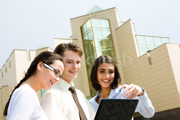 Stock fotó: Dolgozik · nap · portré · csoportkép · néz · laptop